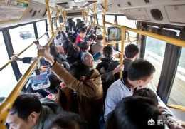 公交車上,四五歲孩子和老人搶位,該誰讓座?