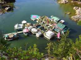 這對60歲的夫婦,花26年在海上建立浮島,自己發電,自己取水,自己種菜